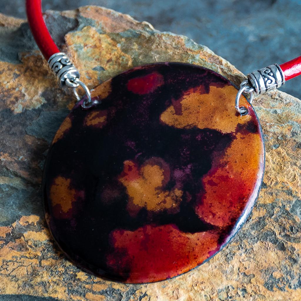 Esmalte, cuero rojo y terminales de Zámak