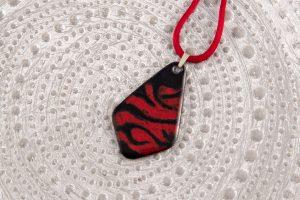 Colgante de esmalte negro y rojo con raso