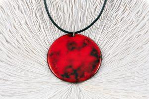 Esmalte rojo, cuero negro y Plata de Ley