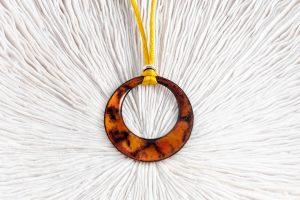 Colgante de esmalte naranja y marrón con raso