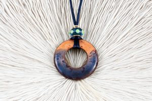 Esmalte, murano, cordón de raso azul y Plata de Ley