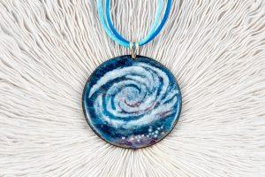 Esmalte galaxia, cordones de raso azul y Plata de Ley